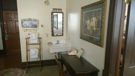 Delaware Hotel: Sink/vanity in suite