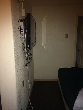 Econo Lodge Eugene: TV right in walkway to bathroom