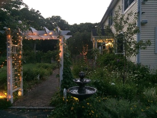 Hamptons House of Gardens Bed & Breakfast : Evenings lights...so charming!