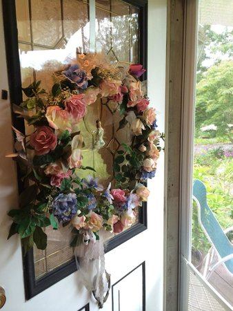Hamptons House of Gardens Bed & Breakfast: Such a romantic house!