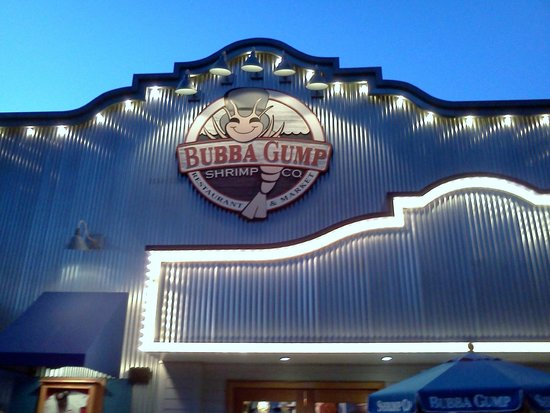 Bubba Gump Shrimp Co. Restaurant and Market: Evening Pic from Outside the Restaurant