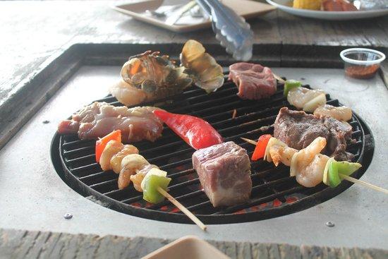 Jamaican Grill Chamorro Village : Продукты на столе с грилем