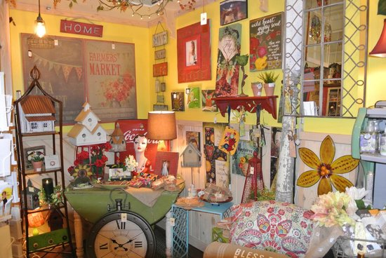 Tricia's Treasures Bistro: Lots of fun merchandise to see