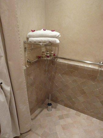 Les Jardins de la Medina: Disabled access room bathroom