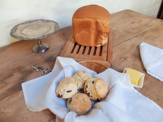 Wagner's Cottages : freshly baked bread and scones