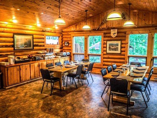 Alaska Fishing Lodge - Wilderness Place Lodge : Lodge dining room