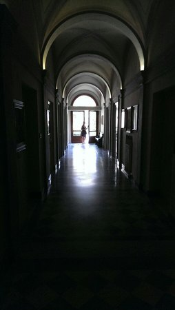 Hotel Orto De Medici: Ground floor corridor towards courtyard garden.