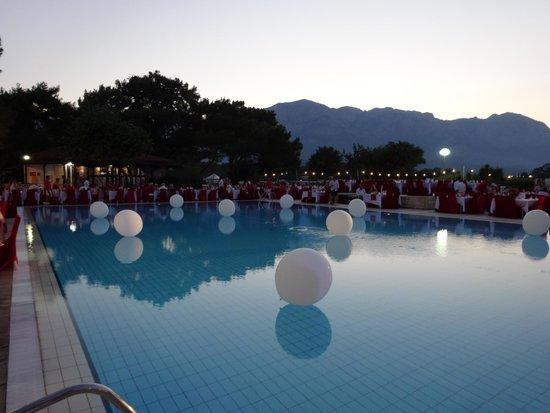 Club Med Kemer: Piscine soirée Blanche