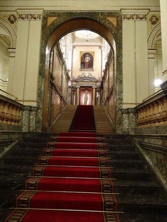 Hotel Imperial Vienna: ロビー階からの階段