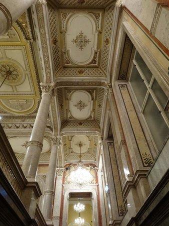 Hotel Imperial Vienna: ホテル2階の廊下天井