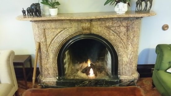 Currarevagh House: Warm fireplace