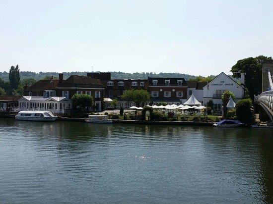 Macdonald Compleat Angler: マーロウの跳ね橋から~ホテルの全景