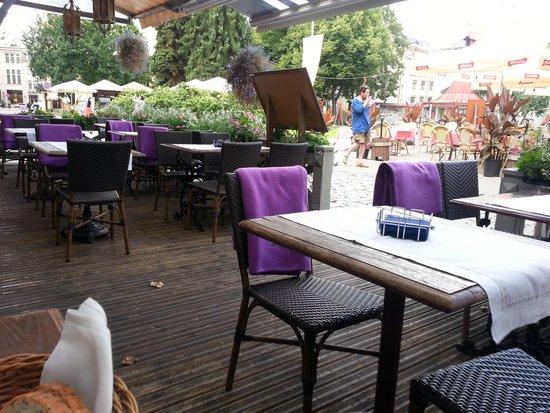 Zilā Govs : Столики на улице