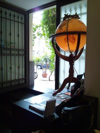 Bed & Breakfast Globetrotter Catania: グローブトロッターの入り口の大きな地球儀
