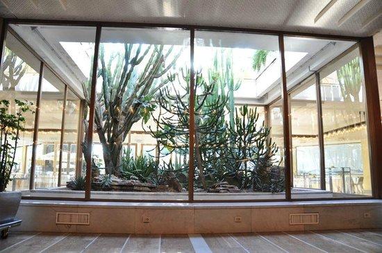 Rome Cavalieri, Waldorf Astoria Hotels & Resorts : Lobby - next to pool exit