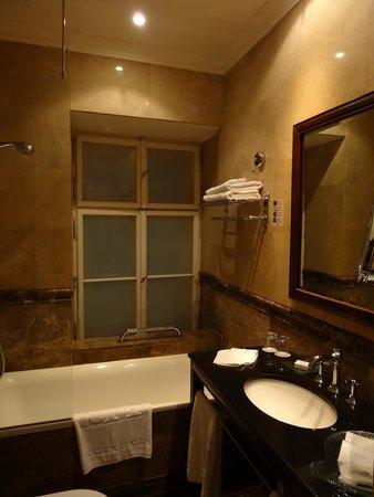 Savic Hotel: バスルーム