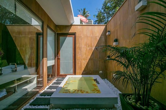 Lotus Samui: Lotus Beach Villa - luxury bathroom with sunken bath.