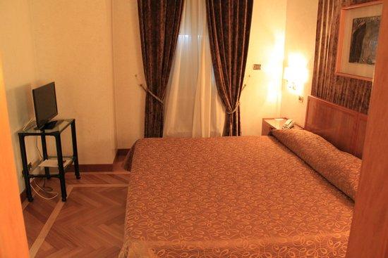 Bettoja Hotel Mediterraneo: Bedroom