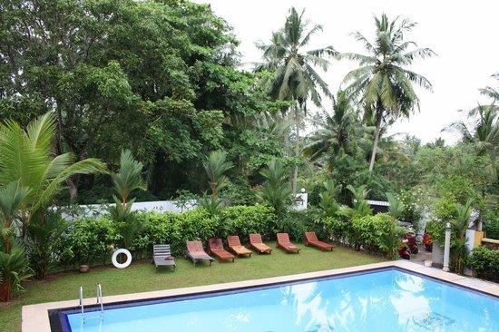 Panchi Villa: Если смотреть с виллы на бассейн