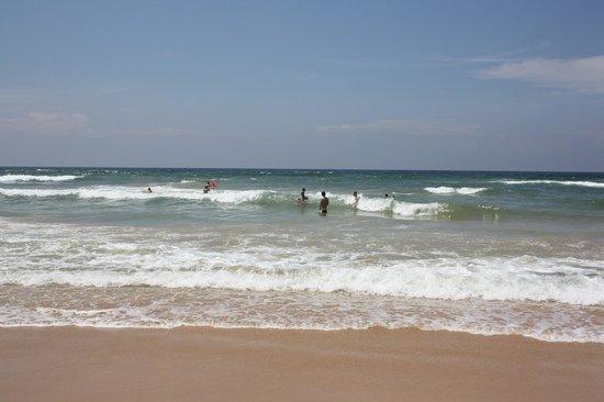 Panchi Villa: Выход на пляж через дорогу от виллы