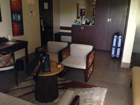 Goldberry Suites & Hotel: リビングもゆったり