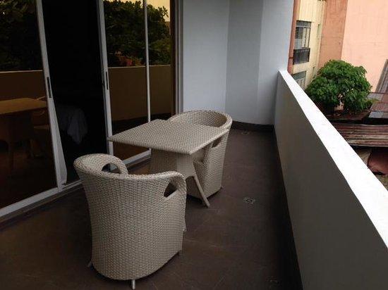 Goldberry Suites & Hotel: バルコニーも広く、喫煙はここで。