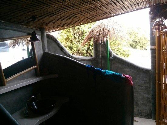 Koh Tao Bamboo Huts: Douche donnant et lavabo semi extérieur