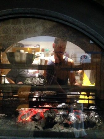 Savida Sea Food Bar: Dan at the grill