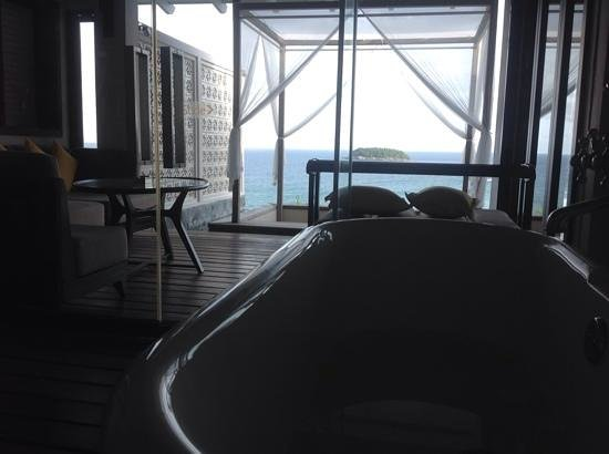 The Shore at Katathani: The bathtub