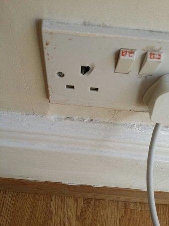 Skyways Hotel: Dangerous plug socket