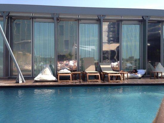 Meliã Barcelona Sky: pool area