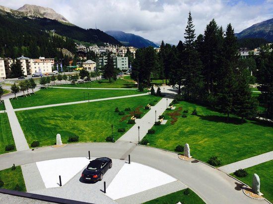 Kempinski Grand Hotel des Bains St. Moritz: View over the main street and gas station