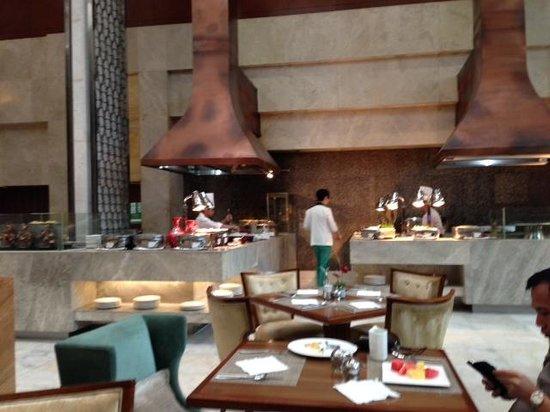 Diamond Hotel Philippines: 朝食のブッフェ