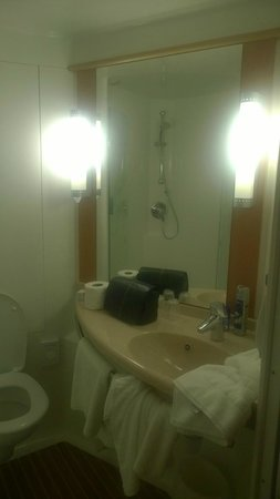 Ibis Bristol Temple Meads Quay: Bathroom (excuse my mess!)