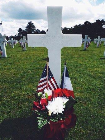 Monumento y Cementerio Estadounidense de Normandía: Mémorial day 2014. Parrainage de tombes grâce à l'association Les Fleurs de la Mémoire