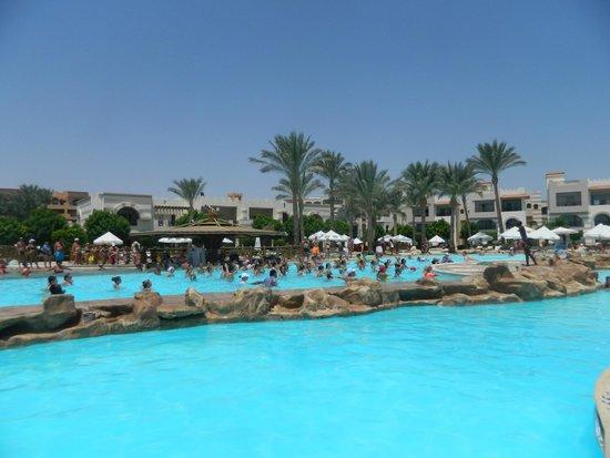 Rehana Royal Beach Resort & Spa: центральный бассейн