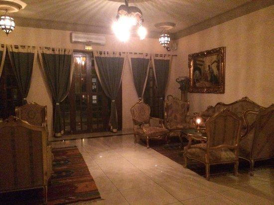 Albakech House: Foyer at night!