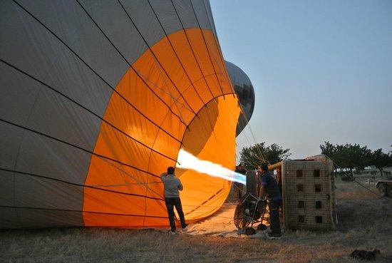 Cappadocia Voyager Balloons: Prepping the balloon for the ride