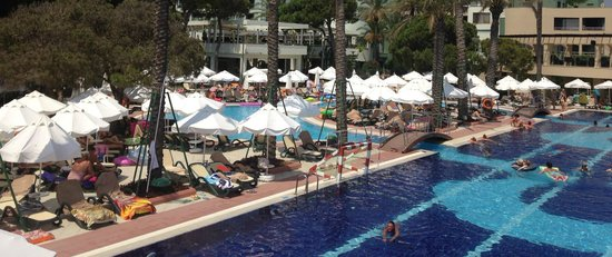 Limak Atlantis Deluxe Hotel & Resort : Main Poolside Area