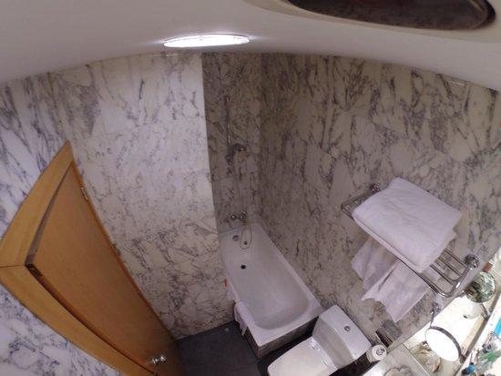 Hotel Catalonia Castellnou: Ванная в 16-ом номере.