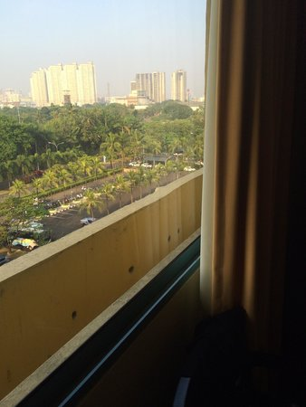 Mercure Convention Center: View kamar superior : parkir dan dinding yang usang