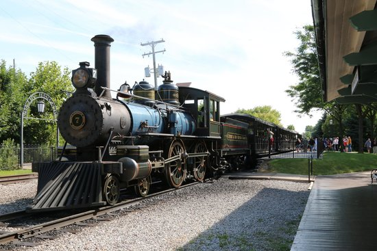 Comfort Inn Near Greenfield Village: The lovely old train that will wakle you up.