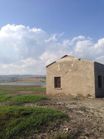 Conza della Campania, Ιταλία: Vecchie case abbandonate sul lago rifugio dei rapaci