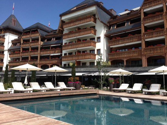 The Alpina Gstaad: Pool and hotel