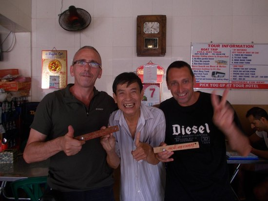 Lac Thien Restaurant : au milieu c est le patron  :-)