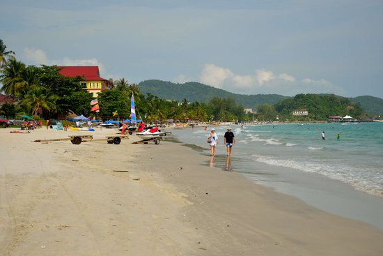 Meritus Pelangi Beach Resort & Spa, Langkawi: Beach form the end of resort
