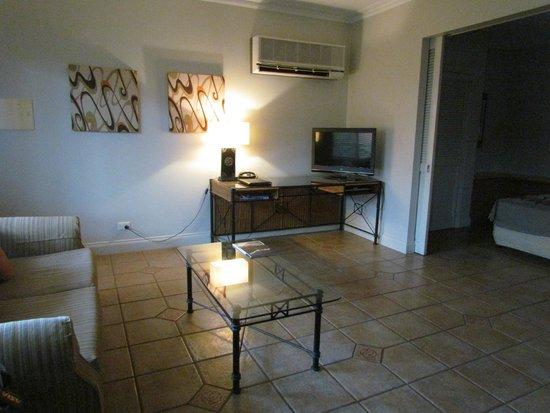 Moonlight Bay Suites: salon de la chambre d'hotel