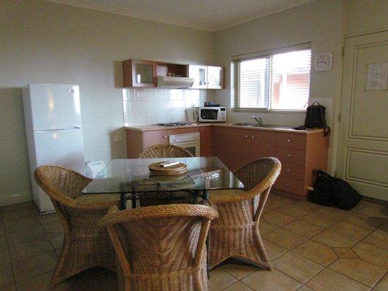 Moonlight Bay Suites: espace salle a manger de la chambre d'hotel