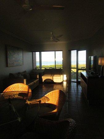 Moonlight Bay Suites: salon d'un des appartements