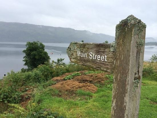 Rockvilla Guest House: Lochcarron - Road sign shows you the way back to the Main Street so you won't get lost :)
